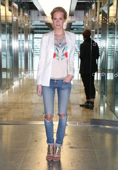 Poppy Delevingne in ripped jeans Ripped Knee Jeans, Ripped Knees, Big Fashion, Denim Fashion, Fashion Looks, Winter Fashion, London Fashion Weeks, Poppy Delevingne, Asos