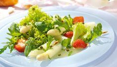 Frühlingszeit ist Spargelzeit! Kombiniere den zarten, weißen Spargel mit süßen, frischen Erdbeeren und grünem Pfeffer.