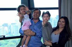 O marido de Márcia, Nuno Rego, segura Yanne e Márcia carrega a pequena Victoria.