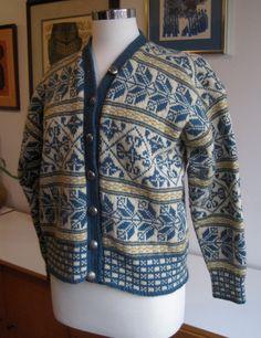 Vintage 50s Wool Cardigan Sweater Norway Ski Snowflake Design. Label: Den norske husflidsforening, Oslo, (Husfliden), Norge Hand Knitted Sweaters, Wool Sweaters, Knit Stranded, Norwegian Knitting, Fair Isle Knitting, Knit Fashion, Vintage Knitting, Wool Cardigan, Knitting Designs