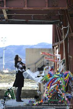 第9回 DAYS国際フォトジャーナリズム大賞 パブリックプライズ(読者賞)【タイトル:東日本大震災 亡き人への想い胸に/撮影者:鹿野 修三(Kyodo News)】東日本大震災から11カ月。骨組みだけが残された宮城県南三陸町の旧防災対策庁舎で、行方不明の夫に語りかける三浦ひろみさん。津波が押し寄せたとき、町職員の夫は防災無線で、住民に避難を呼び掛け続けていたという。震災以来、旧庁舎訪れ1日の報告をすることが日課になった。「気持ちは3月11日のまま。悲しみは増すばかりです」と三浦さんは声を振り絞った。 - http://www.daysjapan.net/taishou/2013/reader01.html