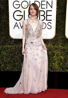 Emma Stone con vestido rosa palo con estrellas, de Valentino
