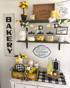 5 ways of Decorating a farmhouse kitchen with lemons - Farmhousehub summer decor diy Farm Kitchen Ideas, Lemon Kitchen Decor, Kitchen Decor Themes, Farmhouse Kitchen Decor, Urban Farmhouse, Sunflower Kitchen Decor, Farmhouse Style, Decor Scandinavian, Tray Decor