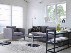 wohnzimmer grau grauer teppich holztisch dekokissen dunkle möbel ...