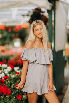 Senior Girl Photography, Senior Portraits Girl, Portrait Photography Poses, Photography Poses Women, Summer Senior Pictures, Girl Senior Pictures, Senior Girls, Girl Photos, Senior Photo Outfits