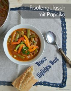 FISOLENGULASCH MIT PAPRIKA  #Rezept #Gulasch #Fisolen #Speck #Paprika #Hauptspeise Thai Red Curry, Ethnic Recipes, Food, Desserts, Beans, Red Peppers, Goulash, Weight Loss, Easy Meals