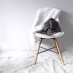 タイツ2本で簡単DIY♪冬にぴったりで可愛い♡結び目クッションの作り方 | CRASIA(クラシア)