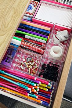16 ideas for college dorm room organization. These ideas are perfect for freshman year. The best college dorm room organization ideas. Dorm Room Storage, Dorm Room Organization, School Organization, Organization Hacks, Organizing Tips, Dorm Room Desk, Uni Room, College Hacks, College Dorm Rooms
