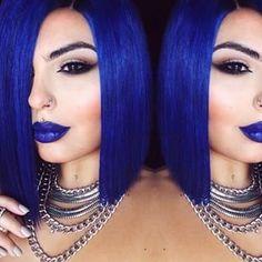 Naturalmente, el lápiz de labios azul está hecho para el pelo azul. | Estas pelucas con los colores del arco iris demuestran que el pelo artificial es bonito