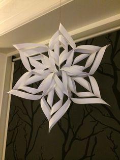 Hjemmelavet julestjerne af fem stykker A4 papir. Nem og simpel at lave. Pynter gevaldigt:)