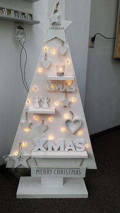 Kerstboom geverfd Steigerhout. Gaatjes geboord voor de lampjes.