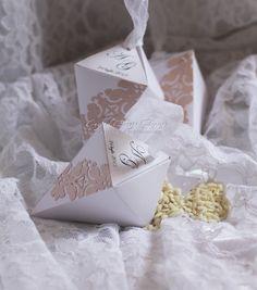 Coni riso con doppia applicazione fascia intagliata realizzata in carta giapponese con nastro in organza di rifinitura.