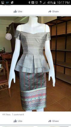 Thai Traditional Dress, Traditional Outfits, Batik Fashion, Women's Fashion, Fashion Design, Model Kebaya, African Blouses, Thai Dress, Batik Dress