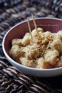 Muar Chee recipe - One of the popular sweet snacks found in Penang and other places in Malaysia, muar chee are often sold by roadside stalls or mobile hawkers. The set up is pretty simple: steamed glutinous rice paste and ground peanut mixture in a container. #malaysian