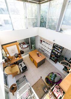 2階は4メートルの吹き抜け。4階に上る階段は、建設現場で使われる仮設階段を使用。