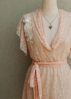 Love the white lace against the peach.