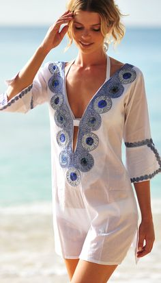 White embroidered kaftan at Coco Bay.                                                                                                                                                                                 Más