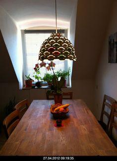 Bunte Lampe, Holz rustikale Tisch, LC Shutters by Louis Poulsen at an employee's kitchen in the Neuhausen district, Munich  #brabbu #massivholztisch See also: https://www.brabbu.com/en/inspiration-and-ideas/