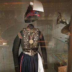 """Musée national d'Islande - Reykjavik - COSTUME SKAUTBUNINGUR. 21) EXPOSITION PERMANENTE, 1800-1900. Objet-clef; Costume Skautbuningur. SIGURDUR GUDMUNDSSON, connu comme """"le peintre"""", était vivement intéressé par tous les aspects de la culture islandaise. Il a proposé des améliorations au costume formel des femmes. Son nouveau Skautbuningur est rapidement devenu populaire, et l'ancien faldbungur a disparu. La 1° skautbuningur a été porté comme une robe de mariée à l'automne de 1859."""