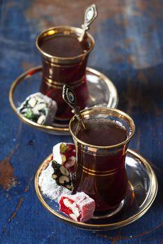 Turkish tea and delights - I Love tea and tea pots, cups and more :-) - Tea Glasses Turkish Delight, Turkish Coffee, Turkish Breakfast, Arabic Tea, Café Chocolate, Pause Café, Tea Glasses, Tea Culture, Tea Art