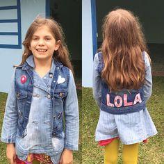 Está aí a gatinha Lola que ganhou um colete super personalizado com pins e letras da tia @aleguanabens 😍😍 que tal? #semprecoleteria #coleteria #coleteinfantil #coletejeans #personalizado #customizado #pin #patches #broche #bottom #lookdodia #ootd  www.coleteria.com.br