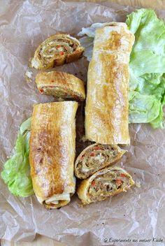Blätterteig-Hackfleisch-Strudel mit Käse Zutaten (für 4 - 6 Personen) 1 trockenes Brötchen 1 kleine Zwiebel 1 rote Paprika Fett zum Braten 500g gemischtes Hackfleisch 100ml Milch 1 TL Senf 1 EL Tomatenmark 1 TL Salz 1 TL Thymian 3 TL Frikadellen-Gewürz (z.B. von Ankerkraut) oder Paprika edelsüß, Pfeffer 100 - 200g geriebener Käse (hier: Emmentaler) 2 Eier 2 EL Sahne 2 Rollen Blätterteig