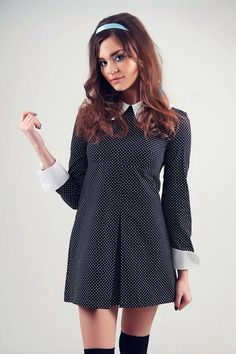 Un long sleeved polka dot robe mini, inspirée par la mode mod des années 60. Manches longues sasseoir juste au-dessus du poignet. Grand blanc