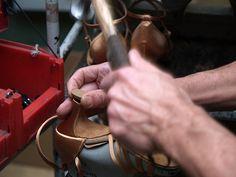 Den Abschluß der Laufsohle stellt das Einschlagen eines Absatzflecken dar. Aus den Absatzflecken ragen, je nach Modell, 1-3 Metallstifte heraus, mit denen sie in die dafür vorgesehene Stahlhülse des Absatzes eingeschlagen werden.