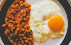 Make baked beans at home using simple recipe and four ingredients Simple Baked Beans Recipe, Homemade Baked Beans, Bean Recipes, Pasta Recipes, Beans On Toast, High Protein Breakfast, Dried Beans, Morning Food, Pork Belly