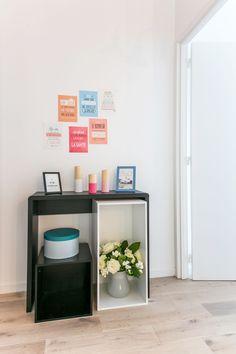 Petit meuble noir réhaussé de couleurs pour décorer l'entrée Loft 43m² Boulogne par Laurence Garrisson