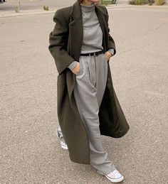 Le Fashion: A Warm Minimal Winter Look to Recreate This Week Coats For Women, Jackets For Women, Winter Coat Outfits, Winter Clothes, Winter Chic, Winter Style, Grey Trousers, Grey Turtleneck, Haute Couture Dresses