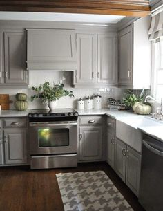 Amazing 49 Marvelous Grey and White Kitchen Style http://decoraiso.com/index.php/2018/05/20/49-marvelous-grey-and-white-kitchen-style/ Traditional Kitchen, Kitchen Dining, Kitchen Cabinets, Kitchen Cabinetry, Kitchen Dining Living, Kitchen Base Cabinets, Dressers, Primitive Kitchen