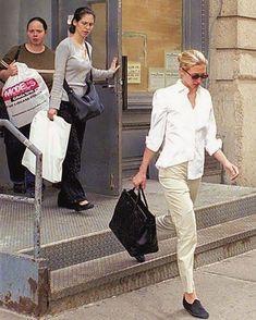 The Style Journal - Carolyn Bessette Kennedy: Elegante y chic Carolyn Bessette Kennedy, John Kennedy Jr, Caroline Kennedy, Jfk Jr, Estilo Ivy, Five Jeans, Elegante Y Chic, 90s Fashion, Fashion Outfits