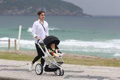 Sophie Charlotte passeia com o filho em calçadão de praia no Rio
