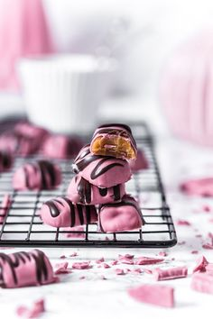 Chocolate Bar Recipe, Chocolate Coating, Chocolate Desserts, I Believe In Pink, Happy Girls, Valentine Day Gifts, Goodies, Food And Drink, Mantel