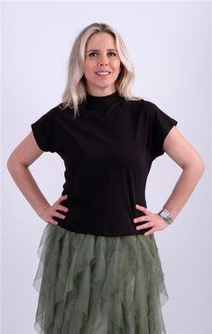 Dik Yaka Basic TshirtKumaş Cinsi  :%100 PamukModelin Ölçüleri : 1.68cm / 36 BedenModelin Üstündeki Beden : SYıkama Talimatı:Ürünün iç etiket bölümünde gerekli yıkama talimatı yer almaktadır. Tunic Tops, T Shirt, Women, Fashion, Supreme T Shirt, Moda, Tee, Women's, La Mode