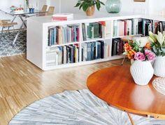 séparation-de-pièce-étagère-bibliothèque-basse-tapis-rond