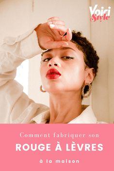 Rendez-vous sur Voici.fr pour suivre les étapes en vidéo Voici, Illustration, Movie Posters, Diy, Hairstyle Tutorials, Lip Stains, Health And Beauty, Bricolage, Film Poster
