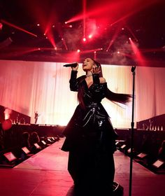 #ArianaGrande is a Dangerous Woman! She kicked off her highly-anticipated #DangerousWoman tour last night in Phoenix!! • • • • • #ArianaGrande é uma Dangerous Woman! Ela deu início a tão aguardada turnê, #DangerousWoman ontem à noite em Phoenix!!