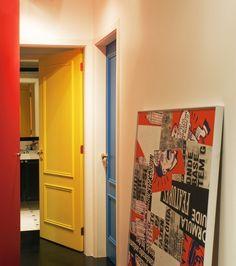 """CORREDOR - Projeto:escritório de arquitetura D2N- """"Como a casa toda é colorida, o corredor não poderia ser diferente.Cada porta foi pintada de uma cor! """"(Foto: Celia Weiss/Divulgação)"""