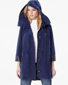 Cette manteau anorak classique est un essentiel printanier qui marie la mode et la fonction. Le capuchon vous protège du vent et de la pluie, tandis que la taille coulissée vous aide à rester chic de la journée au soir. Une combinaison parfaite !<br /><br />- Fermeture à glissière<br />- Poches<br />- Capuchon<br />- Manches longues<br />- Cordons à la taille<br />