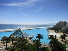 Conhecida como Lagoa de Cristal, a maior piscina a céu aberto do planeta está localizada no condomínio e flat San Alfonso del Mar, em Algarrobo, no Chile. Situada a 90 km de Santiago, a piscina fica em frente à praia e é separada do Oceano Pacífico somente por uma pequena faixa de areia.