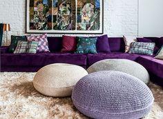 Os tons de roxo são uma das características do estilo bohemian. No projeto do arquiteto Thiago Passos, foram usado no sofá, nas almofadas desparceiradas e nos pufes (Foto: Lufe Gomes/Editora Globo)