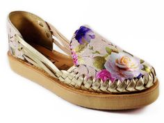 Handmade shoes and sandals, Artesanias mexicanas. Mexican Shoes, Mexican Dresses, Women's Espadrilles, Baby Footprints, Aztec Designs, Huaraches, Cobbler, Cow Leather, Shoe Boots