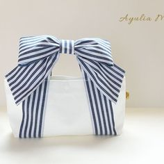 the bow is detachable with velcro. A bit impractical in my opinion but cute.maybe with a smaller bow Sac Lunch, Crochet Bag Tutorials, Bow Bag, Fabric Bags, Sewing Accessories, Cloth Bags, Handmade Bags, Beautiful Bags, Fashion Bags