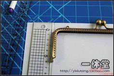 Joyero de tela muy original, también lo puede utilizar como neceser o lo que se te ocurra. Tutorial gráfico, hay que tener muy en cuenta las medidas para que el trabajo cuadre a la perfección. Las Medidas son muy importantes: Boquilla: 18 cm Largode la boquilla:6cm A = 17.7X6 cm B = 8X …
