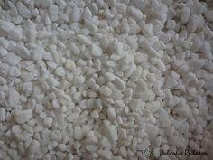Żwirek akwarystyczny - marmur biały - jedno z najbardziej efektownych podłoży do akwarium słodkowodnego. niestety posiada też minusy - szybko się brudzi i wzrost glonów na nim powoduje że traci na atrakcyjności.