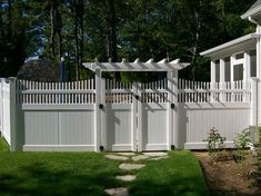 Awesome Front yard fence black,Privacy fence on a hill and Wooden fence vs chain link. Garden Fence Panels, Front Yard Fence, Pool Fence, Backyard Pergola, Fenced In Yard, Pergola Plans, Pergola Kits, Yard Fencing, Lattice Fence