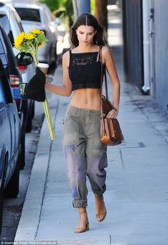 Emily Ratajkowski shows off her svelte physique in crop top and baggy cargo pants | Daily Mail Online