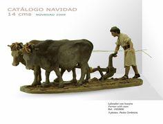 LABRADOR CON BUEYES. Figura de belén/pesebre, de pasta cerámica policromada, de 14 cm. Autor José Luis Mayo Lebrija. Novedad 2009.